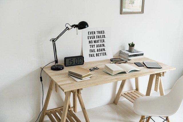 pracovní stůl vysokoškoláka