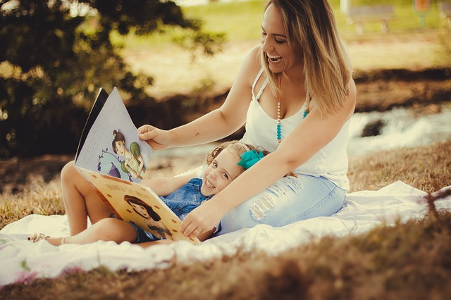 matka a dcera si čtou