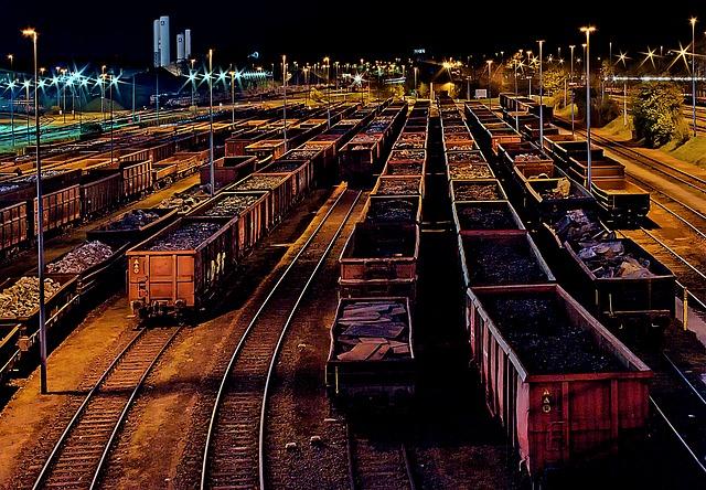 noční nádraží s nákladními vagóny